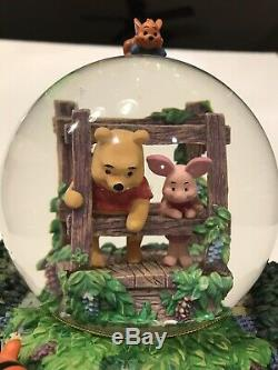 Disney Retraite Winnie L'ourson Jouer Poohsticks Musical Snow Globe Avec L'étiquette