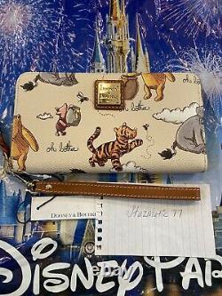 Nouveaux Parcs Disney 2020 Dooney & Bourke Classic Winnie The Pooh Wristlet Wallet